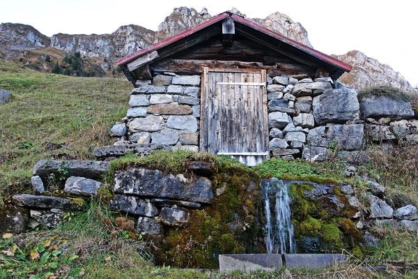 Hütte mit fliessend Wasser