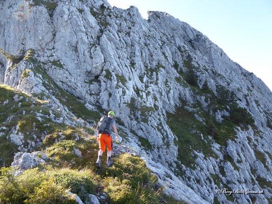 Hier wird nach rechts gequert.. (auf Kopfhöhe des Tourengängers ist am Felsen eine Markierung zu sehen)