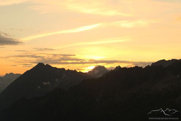 So langsam kommt die Sonne hinter dem Oberalpstock hervor...