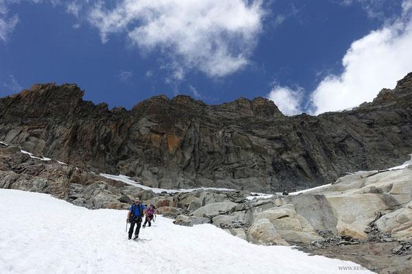 Zügiger Abstieg über Schneefelder