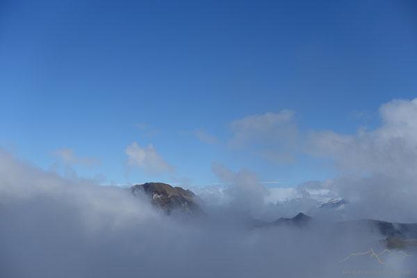 Der Wasserberg schält sich aus dem Nebel