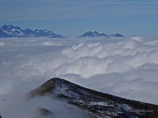Da ist er noch knapp über dem Nebel, der Druesberg