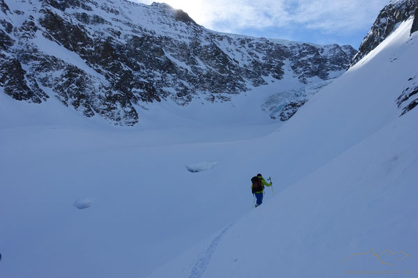 Im Hintergrund deutlich sichtbar - die Löcher im Gletscher