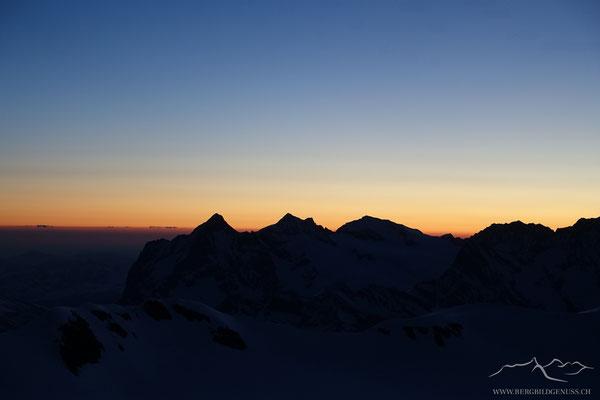 Der legendäre Tagesanbruch auf der Mönchjochhütte...die Silhouette der Wetterhorngruppe hebt sich ab.