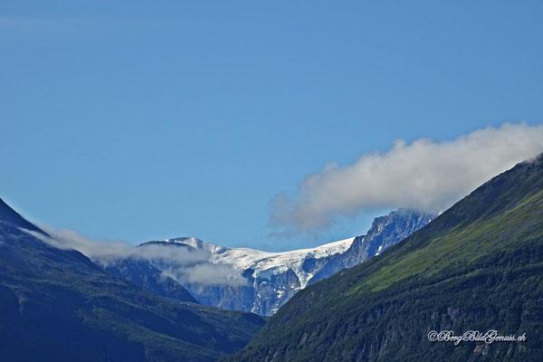 Vergletscherte Berge - ein fantastischer Kontrast zu den Fjorden
