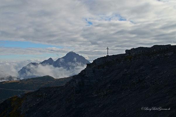 Blick zum Gipfelkreuz des Silberhorns