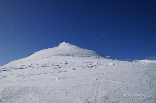 Auf dem breiten Rücken dem Schneetrapez des Rheinwalshorns entgegen.