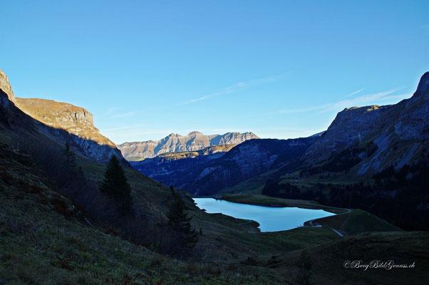 Waldisee im Morgenlicht - im Hintergrund die Heuberigkette
