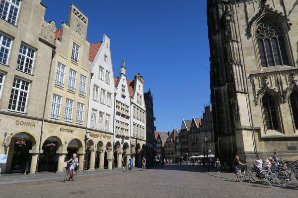 """Der Prinzipalmarkt. Der Name bedeutet Hauptmarkt, im Unterschied zum Roggenmarkt und Fischmarkt, die im weiteren Verlauf der Straße folgen. Er wird auch als """"die gute Stube"""" der Stadt bezeichnet."""