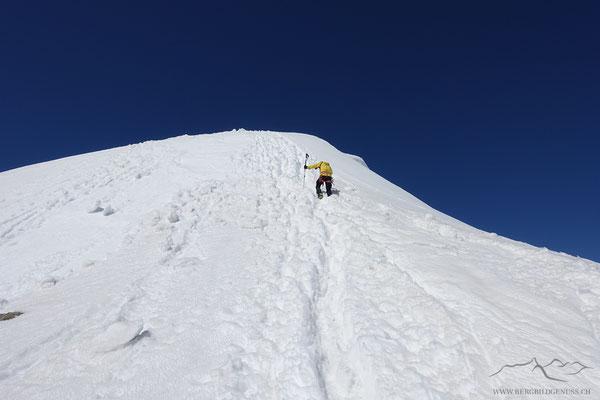 Die letzten Meter geht es zu Fuss hoch zum Gipfel