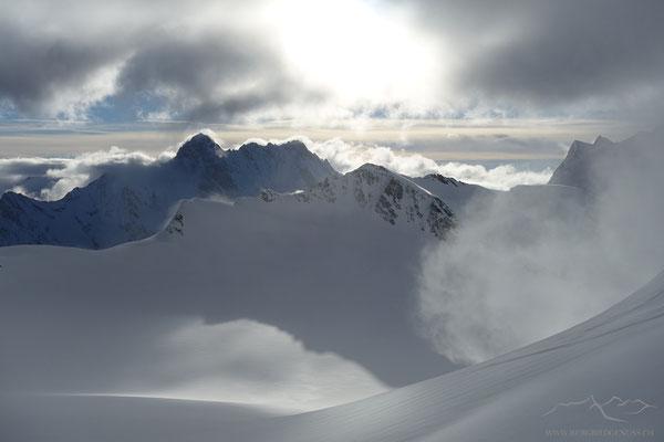Sicht übers Ewigschneefeld zum Walcherhorn. Dahinter Schreck- und Lauteraarhorn