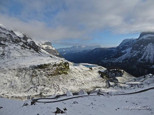 Sicht runter zur Ruosalper Hütte...sooo viel Schnee hat es nun auch wieder nicht gegeben...