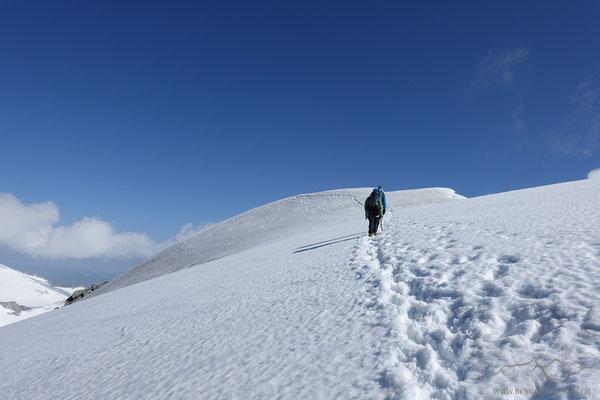 Es geht gen Gipfel - wir haben die Spur schliesslich noch etwas tiefer unten angelegt (Gefahr eines Wächtenabbruchs)