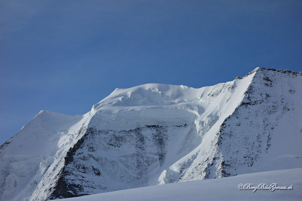 Mächtige Eisbalkone am Palü