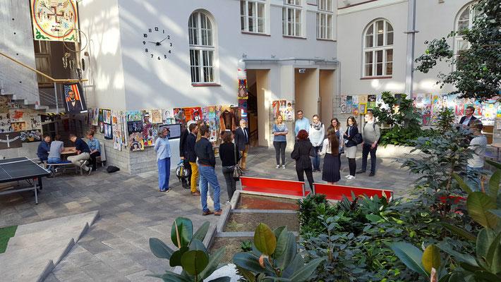 Schülerinnen der 21. Schule zeigten den Besucherinnen und Besuchern aus Leer die Besonderheiten ihrer Bildungseinrichtung, hier der überdachte Innenhof. Foto: Ulrichs