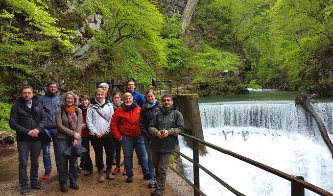 Kleine Rast am Wasserfall der Vintgar-Schlucht. Foto: Ulrichs