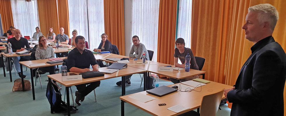 Der Leeraner Landrat Matthias Groote hieß die neuen Referendarinnen und Referendare willkommen. Foto: Ulrichs