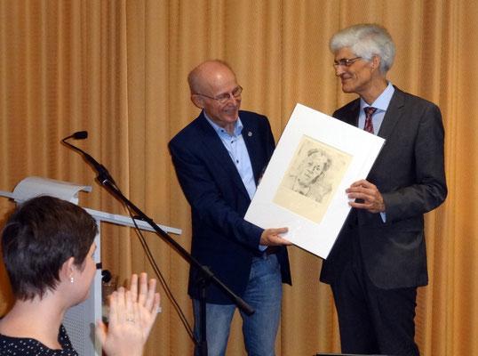 Seminarleiter Dr. Johann Sjuts dankte Lemke für seine Worte – mit einer Radierung, die Willy Brandt zeigt. Brandt war eines der Vorbilder für den heutigen UN-Berater. Foto: Ulrichs