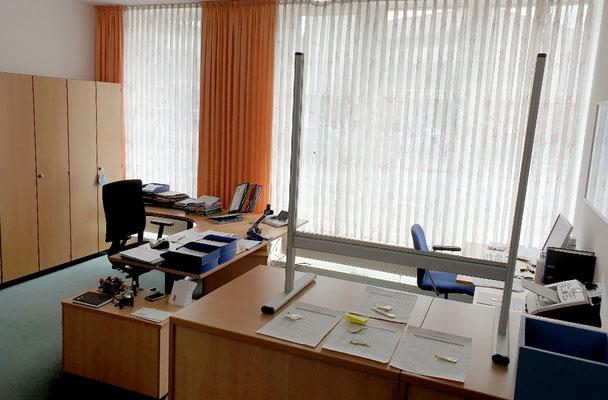 Arbeitsschutz für das Verwaltungspersonal - hier im Büro von Claudia Abels. Foto: Ulrichs