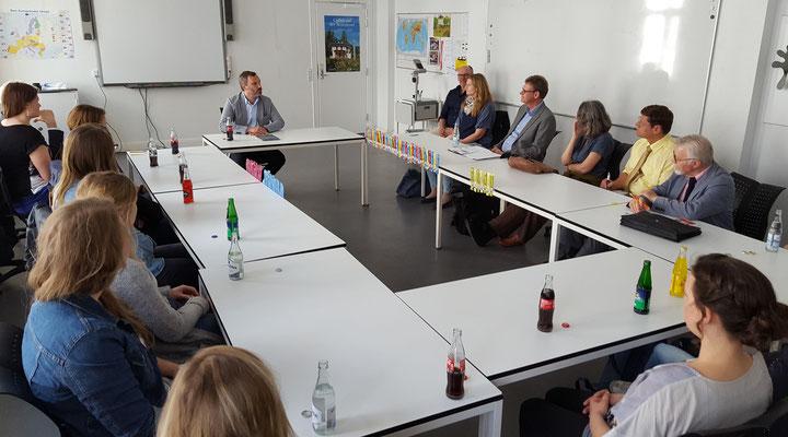 """Dr. Philipp Alexander Ostrowicz informierte die Leeraner Referendare und Fachleiter über die """"aktuelle politische Lage in Dänemark"""". Bild: Ulrichs"""