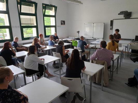 """Chariklia Margaritou vom Goethe-Institut informierte die Exkursionsgruppe über """"Kultur und Sprache"""". Foto: Ulrichs"""