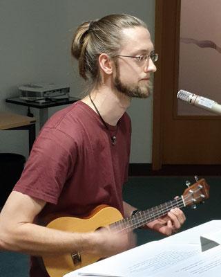Paul Meaubert regte in seinem musikalischen Beitrag zum Nachdenken an. Foto: Ulrichs
