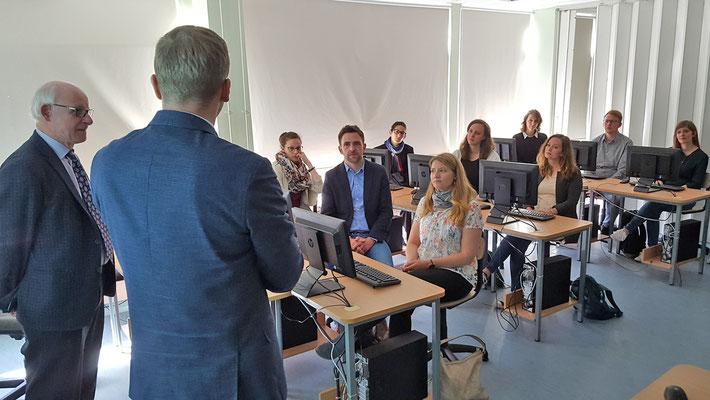 Schulleiter Kaarel Rundu und Abteilungsleiter Dr. Wolfgang Jäger gaben der Besuchsgruppe einen Überblick über die Aktivitäten des Tallinna Saksa Gymnasiums. Foto: Ulrichs