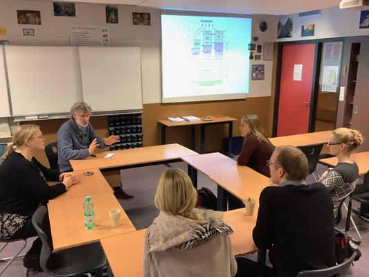 Gespräche über Schule und Unterricht mit Deutschlehrer Ruud Plazier und havo-Abteilungsleiterin Reina Kootstra. Foto: Ulrichs