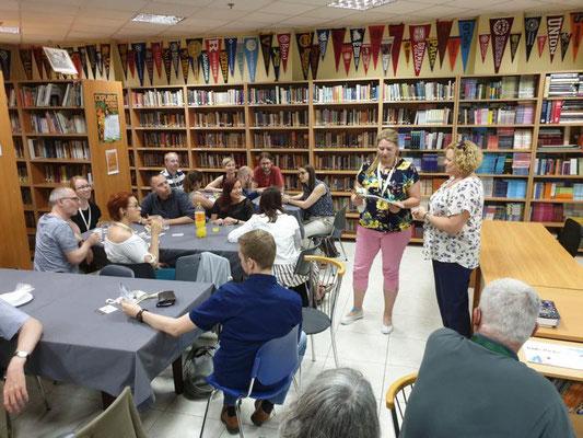 """Reger Austausch in """"Pinewood"""", der amerikanisch-internationalen Schule in Thessaloniki, hier mit Schulleiterin Kathryn Mills.  Foto: Ulrichs"""