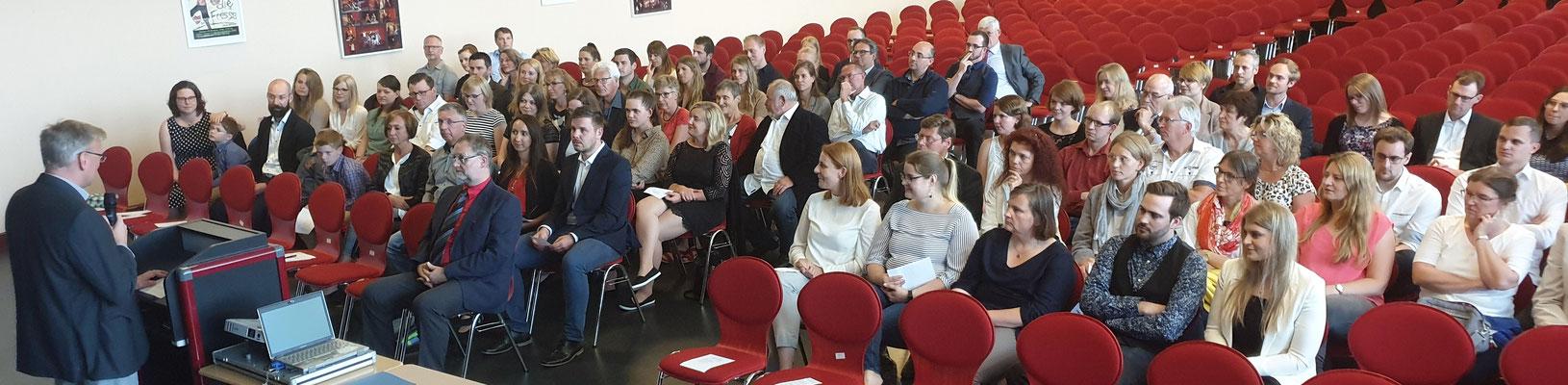 Erstmals fand die Verabschiedungsfeier des Studienseminars Leer an einer Ausbildungsschule statt. Foto: Ulrichs