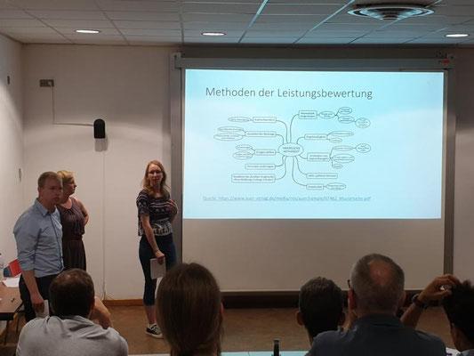 Referendarinnen und Referendare halten einen Vortrag zur Bewertung mündlicher Unterrichtsbeiträge. Foto: Ulrichs