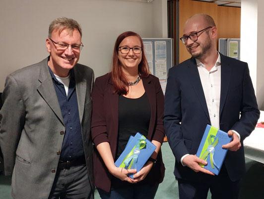 Dr. Jelko Peters (links) übergab Buchpräsente für besondere Leistungen an Dr. Jana-Katharina Dressler und Finn Chomontowski. Foto: Ulrichs
