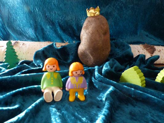 """Da kamen ihm 2 arme Kinder entgegen-sie hatten argen Hunger. """"Oh sieh mal die dicke Kartoffel-wenn wir die hätten, wäre unsere Not vorbei!"""" Als der Kartoffelkönig das hörte,sprang er den Kindern ins Körbchen & die Mutter machte große,dicke Kartoffelpuffer"""
