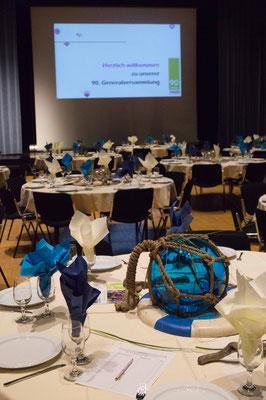 Festlich gedeckte Tische im Gemeindesaal Meggen