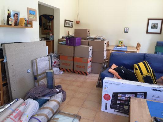 einige Kartons stehen im Wohnzimmer