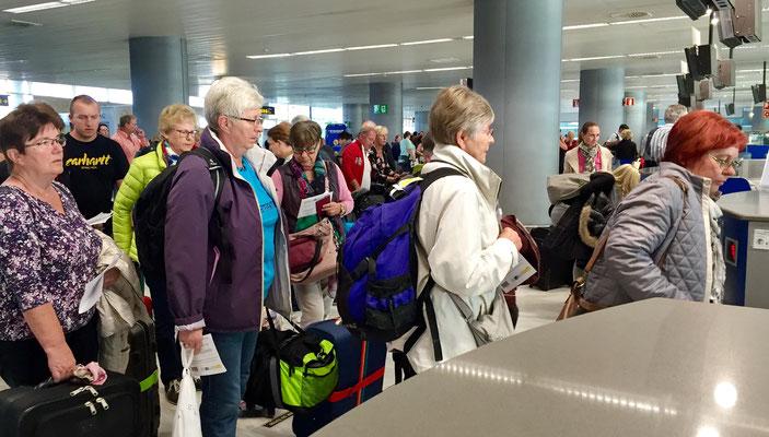 Die Turnfrauen am Flughafen abflugbereit