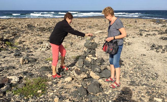 Marlies und Margarete bauen am Faro de la Toston