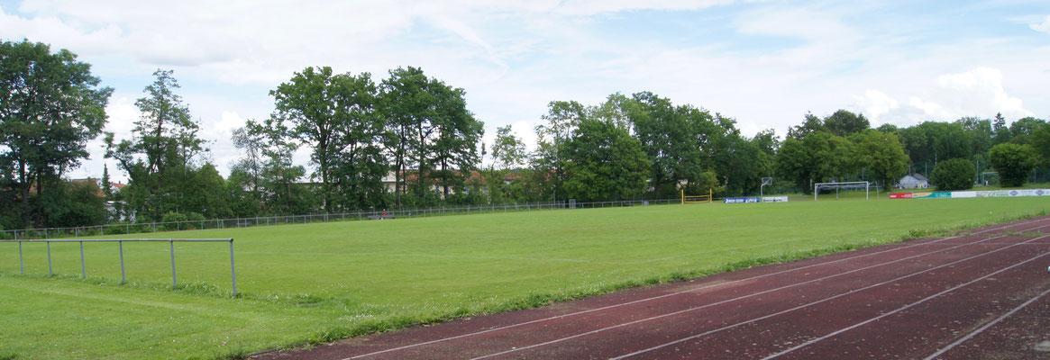 Sportplatz mit 100m Bahn
