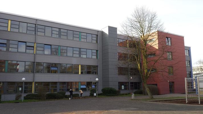 Ein großer Schulhof mit Sport- und Freizeitgeräten