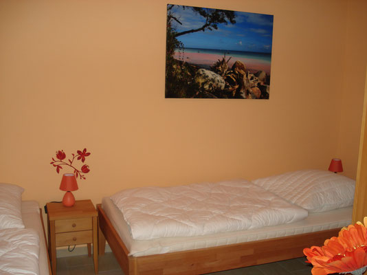"""Das """"Kinderzimmer"""" mit grossen Betten und grossen Schrank"""