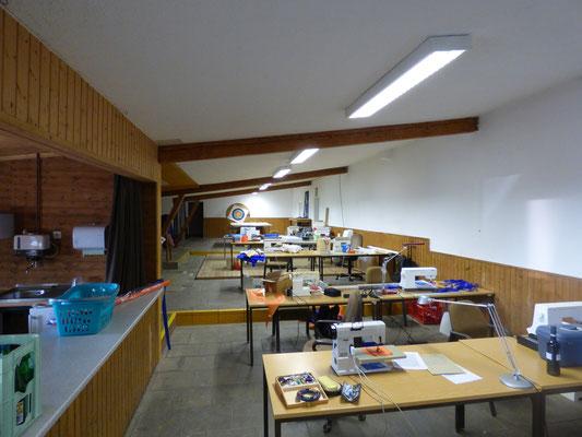 Der Saal ist eingerichtet und vorbereitet für die Bauaktion.