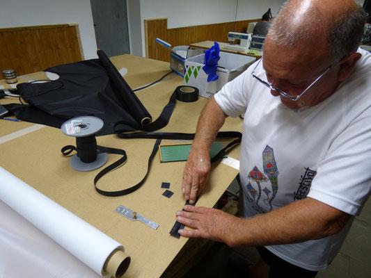 Lothar schneidet einige der unzähligen Stabtaschen zurecht.