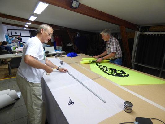 Reinhard und Gerd schneiden ihre Segel vor.