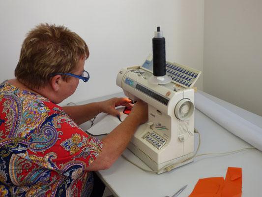 Martina konzentriert an der Nähmaschine...