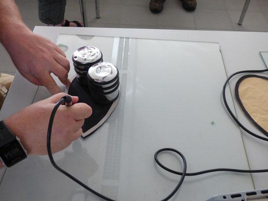 Im ersten Schritt wird der schwarze Rahmen heiß ausgeschnitten.