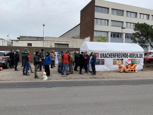 Auch vor dem Zelt wird sich versammelt.