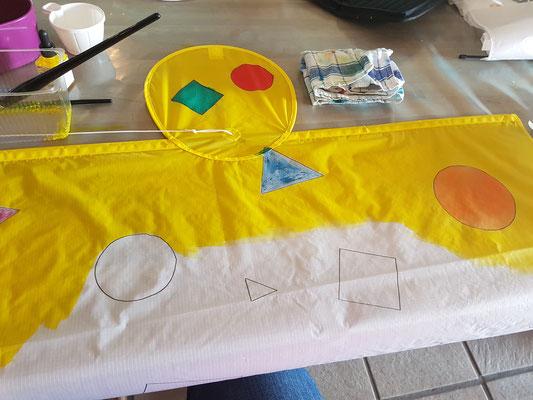 Katrin malt ihren Kimono Drachen