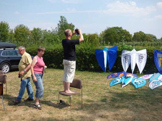 Leon als Workshopleiter gibt alles um ein perfektes Foto der Drachen zu bekommen.