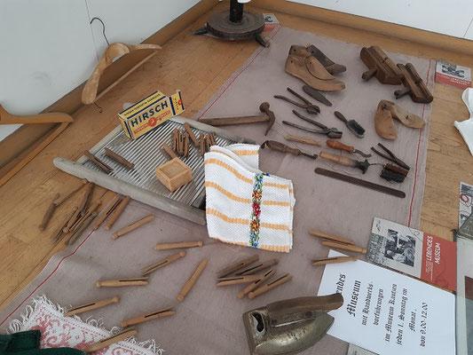 kleiner Einblick in die Werkstätten des Museums Kautzen,Auslage in Waidhofen/Thaya, Böhmgasse 6 u.a.Werkzeug aus der Schuhwerkstatt
