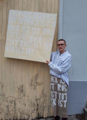 """Sebastian Brenner aus Schönfeld mit seinem großformatigen Bild """"Rock ist tot"""""""